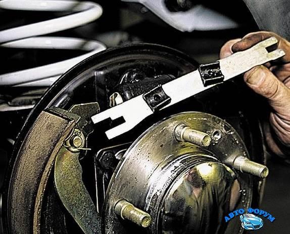 Chevrolet-Niva-zamena-tormoznih-kolodok-7.jpg