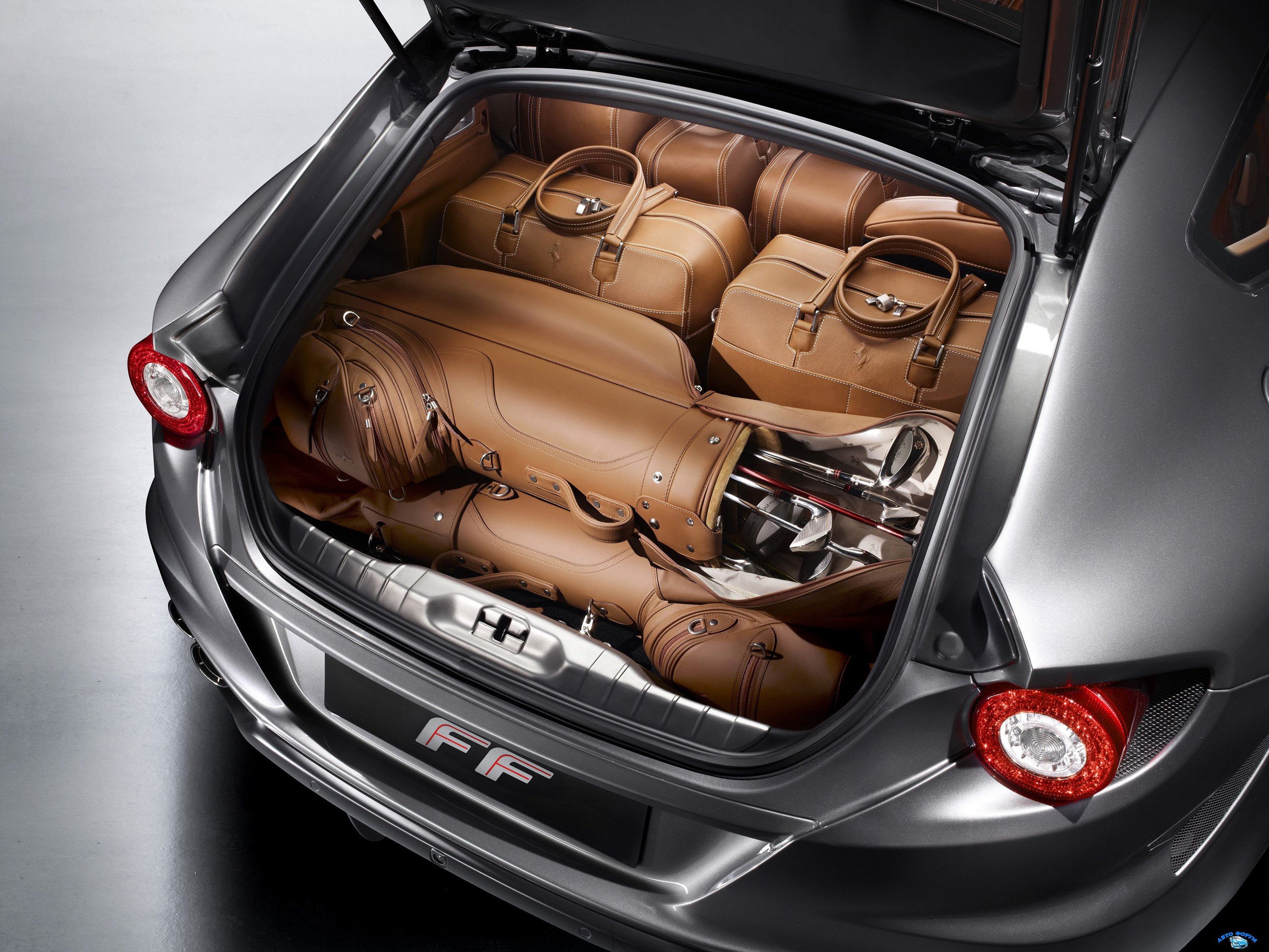 ferrari_ff_luggage_compartment_53.jpg