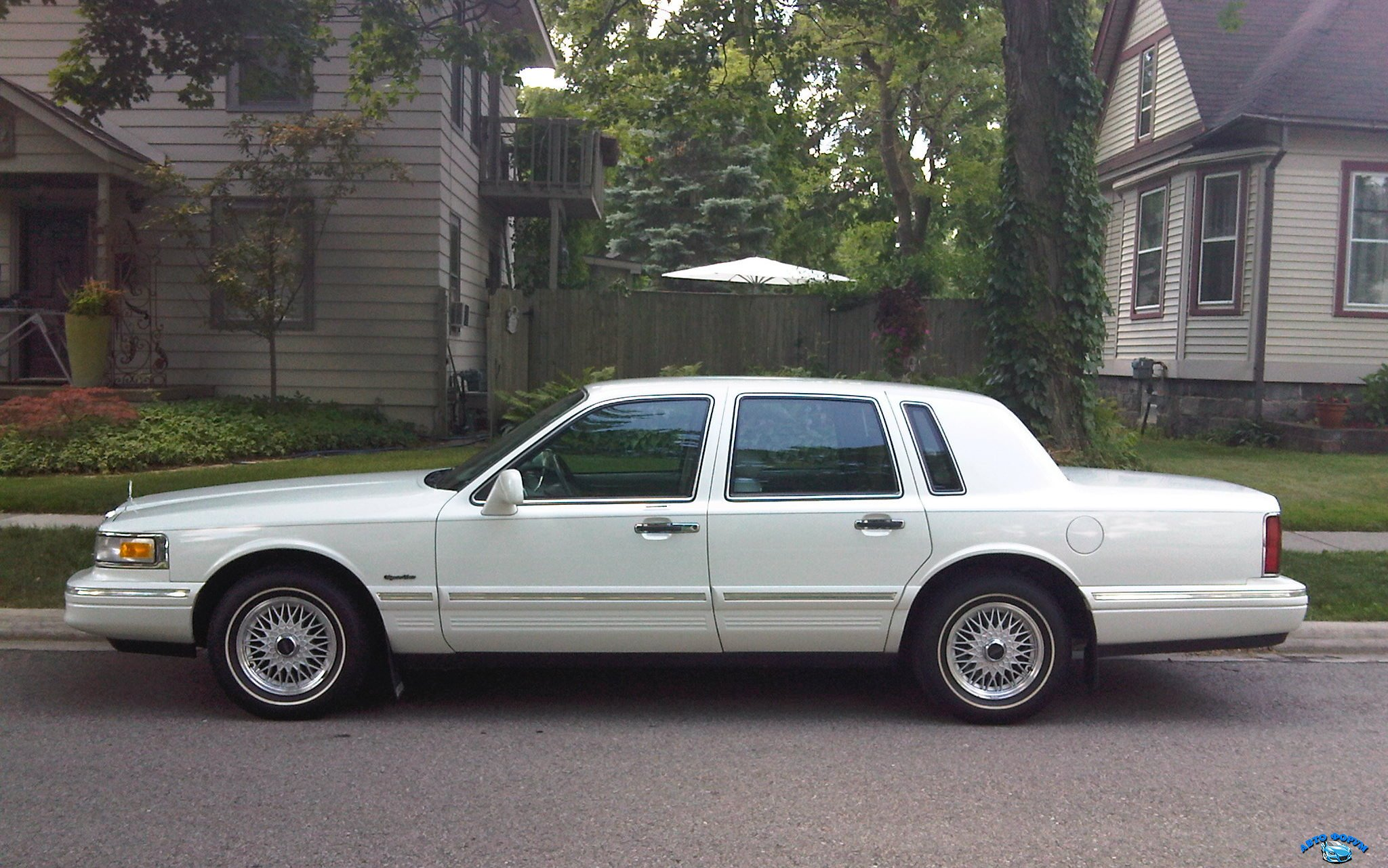 lincoln-town-car-side.jpg