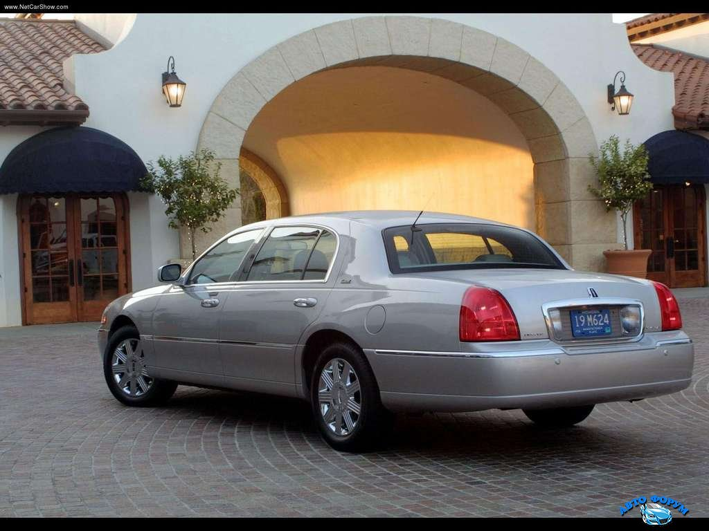 Lincoln-Town_Car_2003_1024x768_wallpaper_05.jpg