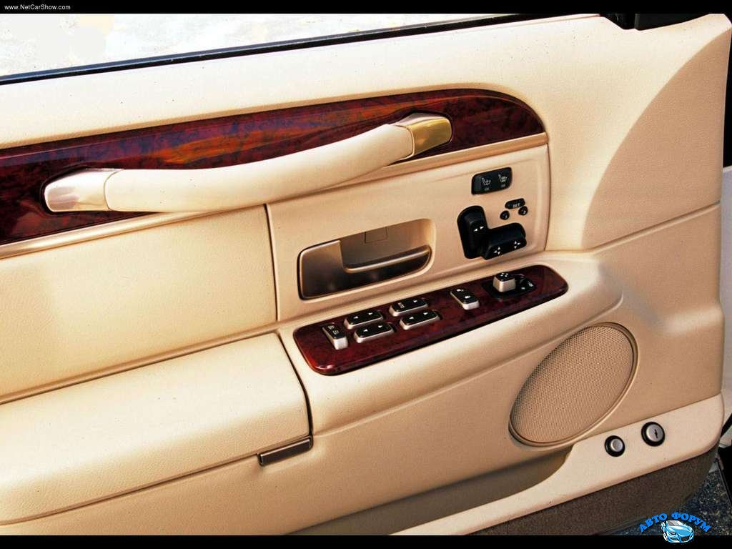 Lincoln-Town_Car_2003_1024x768_wallpaper_0a.jpg