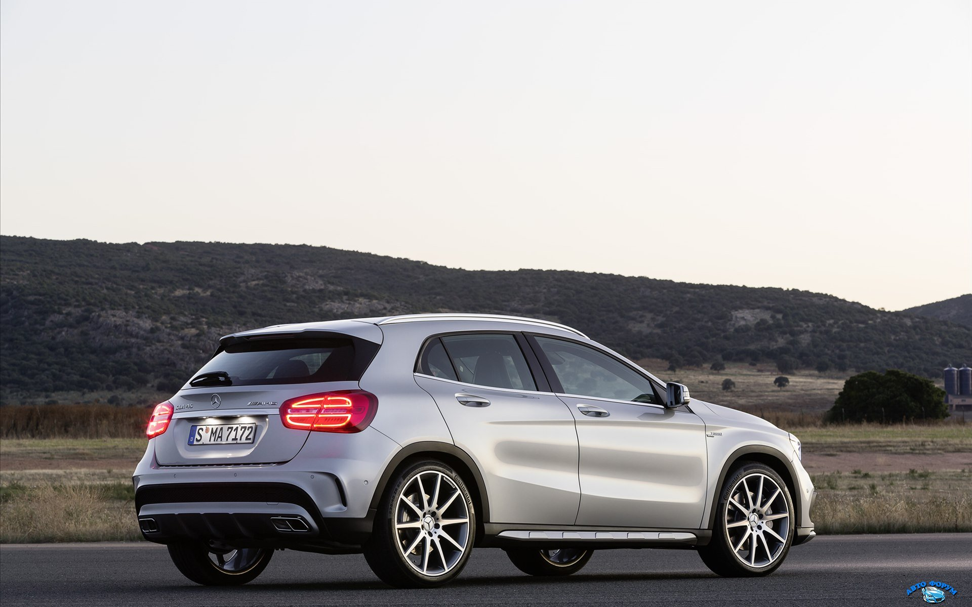 Mercedes-Benz-GLA-45-AMG-2014-widescreen-02.jpg